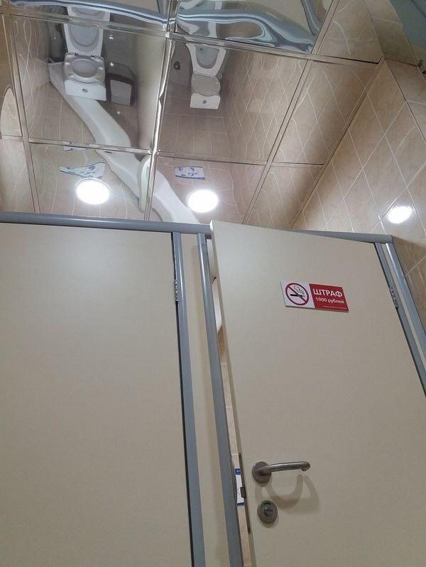 Praktisch. Brauchste nicht mal klopfen. Toiletten sind frei.